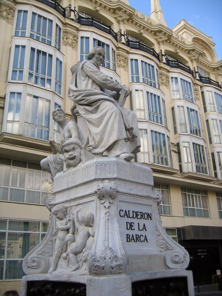 Estatua Calderón de la Barca की छवि. madrid geotagged literature literatura calderondelabarca