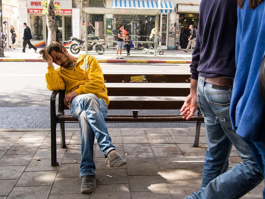 Allenby Street की छवि. street sleeping bench israel telaviv streetphotography ישראל ישן ספסל תלאביב רחוב צילוםרחוב