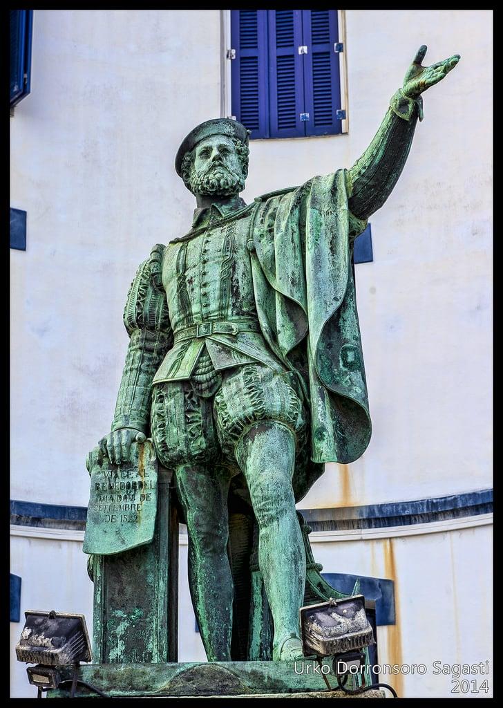 Image of Estatua Juan Sebastian Elcano. monument statue nikon sebastian juan monumento country estatua basque urko vasco euskadi pais guipuzcoa gipuzkoa euskal herria elcano getaria guetaria elkano monumentua sagasti dorronsoro dorron d3s