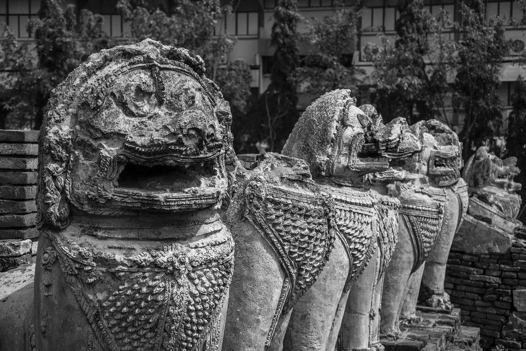 תמונה של Wat Thammikarat. white black blanco thailand asia buddhist negro esculturas tailandia buddhism lions southeast wat sculptures phra ayutthaya leones budismo budista sudeste asiatico thammikarat