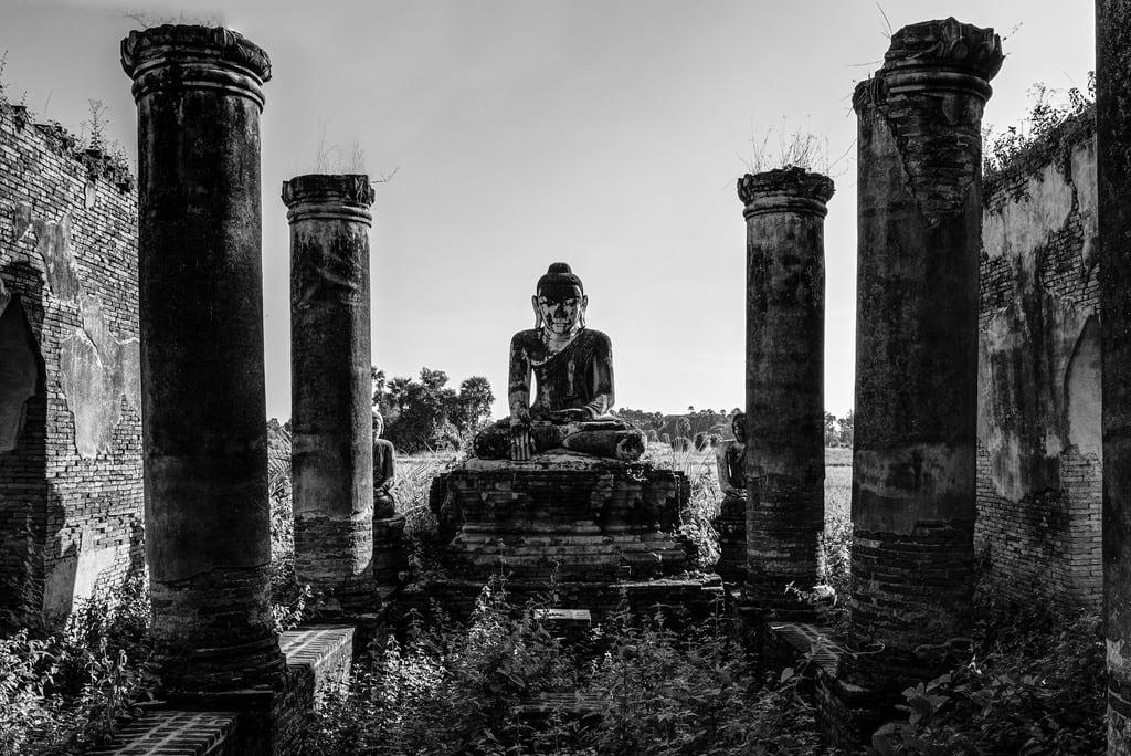 Imagen de Inwa. white black blanco ava temple asia buddha burma negro buddhism myanmar southeast region hdr buda mandalay budismo inwa sudeste yadana asiatico birmania hsemee