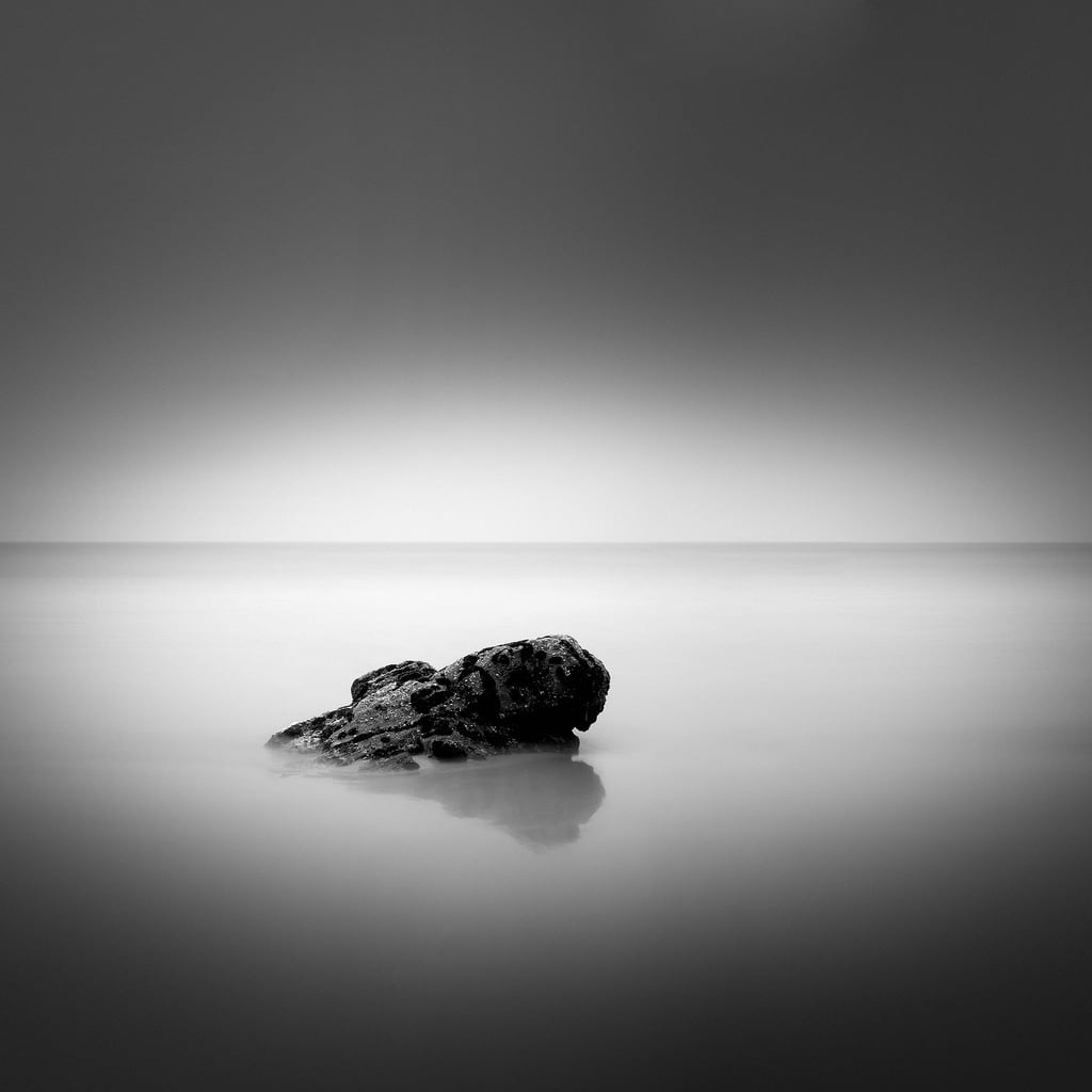 Praia Bascuas 的形象. sea bw white black art blanco beach nature rock square landscape mar fineart negro fine playa bn minimal squareformat minimalismo roca