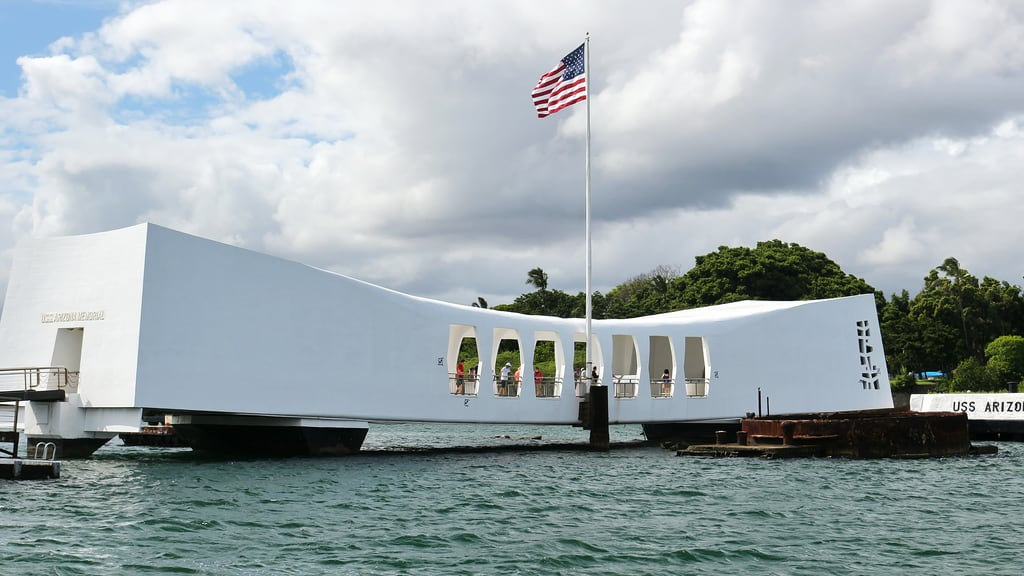 Image de USS Arizona près de 'Aiea. architecture building cloud harbour military monument sea sky vacation water ussarizonamemorial worldwariivalorinthepacificmonument pearlharbor honolulu oahu hawaii unitedstates usa