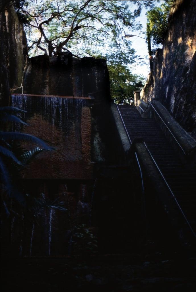 Queens Staircase 的形象. treppenderköngin treppe schlucht queensstaircase leute menschen bennett´shill bauwerk profanbau dia analogfilm scan 1980s slide 1980er diapositivfilm kleinbild kbfilm analog 35mm canoscan8800f 1988 contax137md bahamas nassau newprovidence amerika westindischeinseln karibik mittelamerika wasserfall wasser thebahamas nordamerika rüdigerstehn