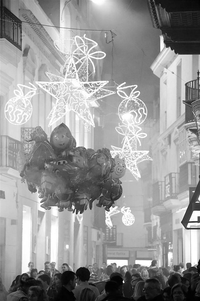 Изображение на Velázquez. navidad sevilla calle velázquez globos gente iluminación andalucía geografíaurbana geografíacultural españa spain geografía centrohistórico escenariourbano paisajeurbano fotografíacallejera