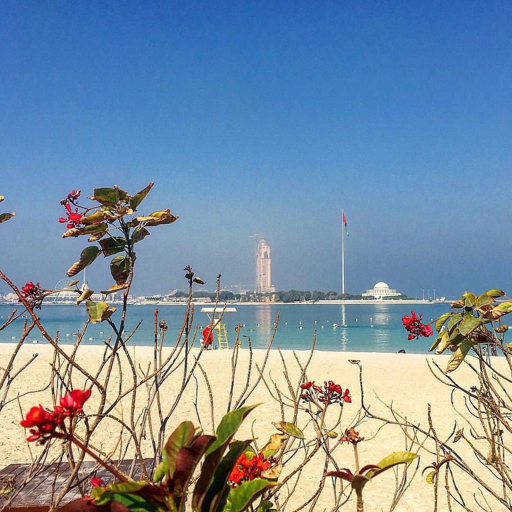תמונה של Abu Dhabi Family Beach - Gate 2 חוף באורך של מטר 2113. square squareformat iphoneography instagramapp uploaded:by=instagram
