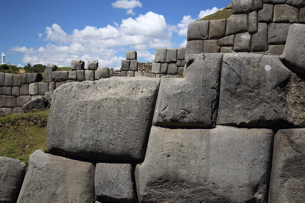 Bild von Sacsayhuamán. cusco sacsayhuamán inca saqsayhuman saksaywaman saqsaywaman sasawaman saksawaman sasaywaman saksaqwaman pérou andes amériquedusud altitude américa latinoamérica peru perú perù southamerica sudamerica americalatina colorful andean canon6d 24105l quechua incas piruw colours cuzco paredes muros citadel pachacutec fortaleza antigua megaliths megalith mégalithe megalithic bloccyclopéen block ruins ruinas fortress wall pared muralla outdoor architectural masterpiece megalithicruins walls stones rocks history ceremon abstract stonework architecture zigzag zig zag cyclopean masonry huge