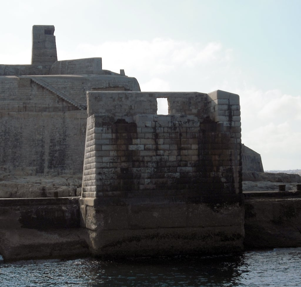 Immagine di Fort Tigne. city urban building history stone buildings coast fort culture malta defence valletta vickiburton