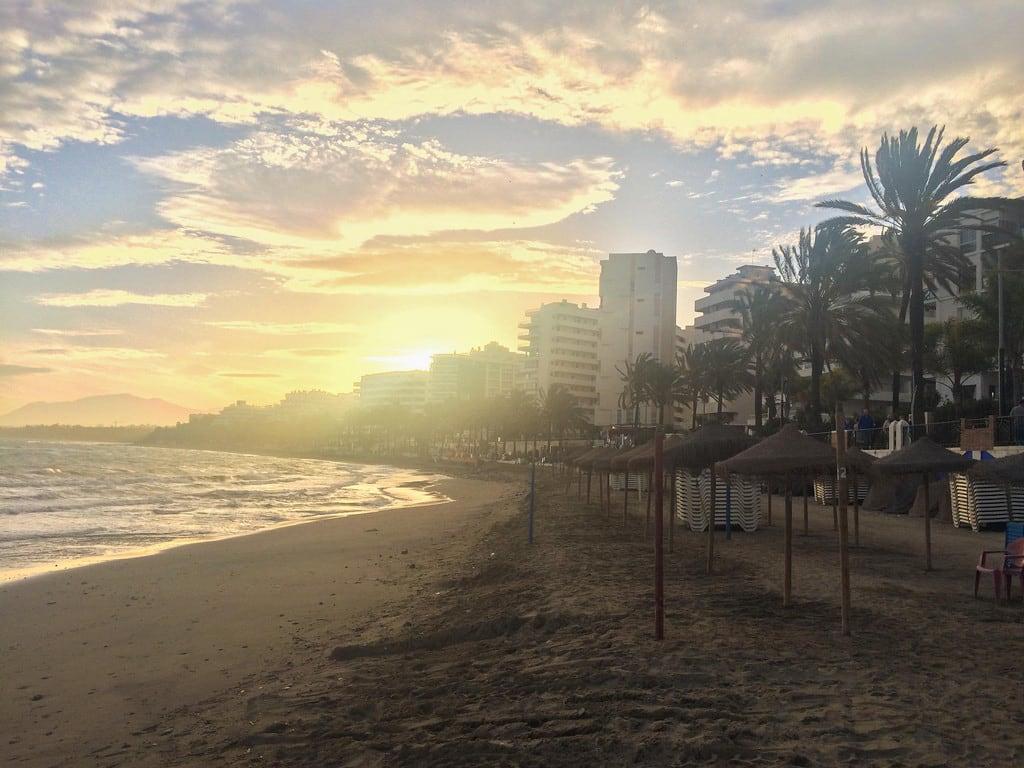 Imagine de Playa de la Fontanilla lângă Marbella. mabella orte marbella andalucía spain