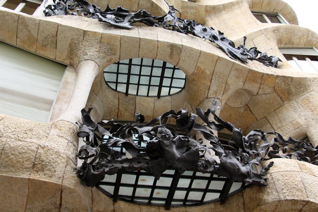 Image of Casa Milà near Eixample. barcelona barcelone barcellona catalunya cataluña catalonia catalogne katalánsko catalonien katalonien catalogna catalonië katalonia catalunha espagne spain španělsko spanien españa spagna spanje spania hiszpania espanha may2017 architecture antonigaudí gaudí gaudi modernismecatalan catalanmodernism modernismocatalán artnouveau