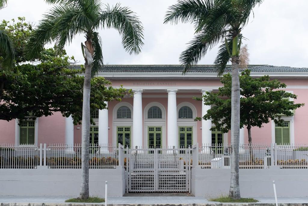 Imagem de San Juan Gate. oldsanjuan biblioteca x100f building edificio sanjuan viejosanjuan puertorico carnegielibrary osj pr palmtrees fujifilm fuji