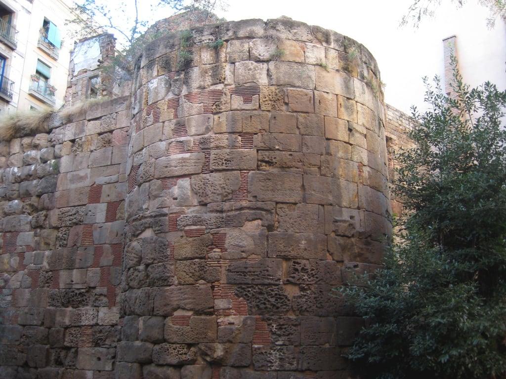 Εικόνα από Muralla Romana. barcelona wall roman catalonia catalunya muralla romana païsoscatalans principatdecatalunya principadodecataluña paisescatalanes cataloniancountries