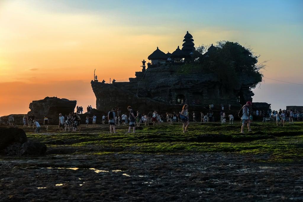 Εικόνα από Tanah Lot. kediri bali indonesia tanahlot coast shore costa playa templo temple sunset goldenhour horamágica