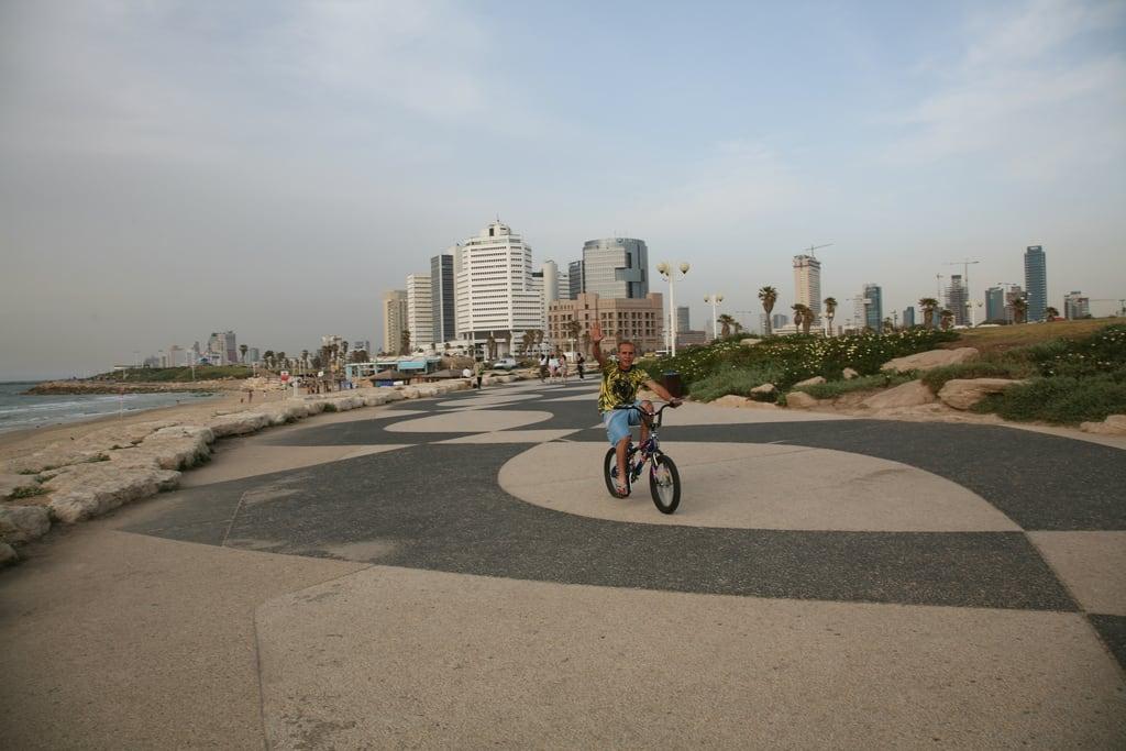 Charles Clore Beach (חוף צ'רלס קלור) Charls Clore Beach közelében Yafo képe. beach bike skyline israel telaviv cityscape wave