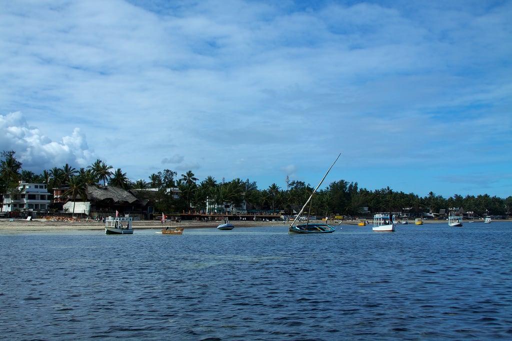 Jomo Kenyatta Public Beach 의 이미지. beach geotagged boats kenya shore mombasa