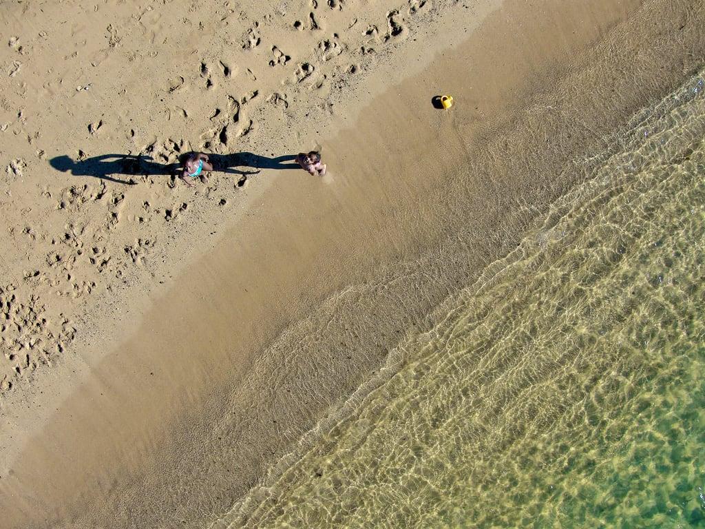Further point west on African mainland 海滩与 346 米的长度 的形象. africa girls beach water sand westafrica senegal dakar kap atlanticocean kiteaerialphotography afrique autokap sénégal
