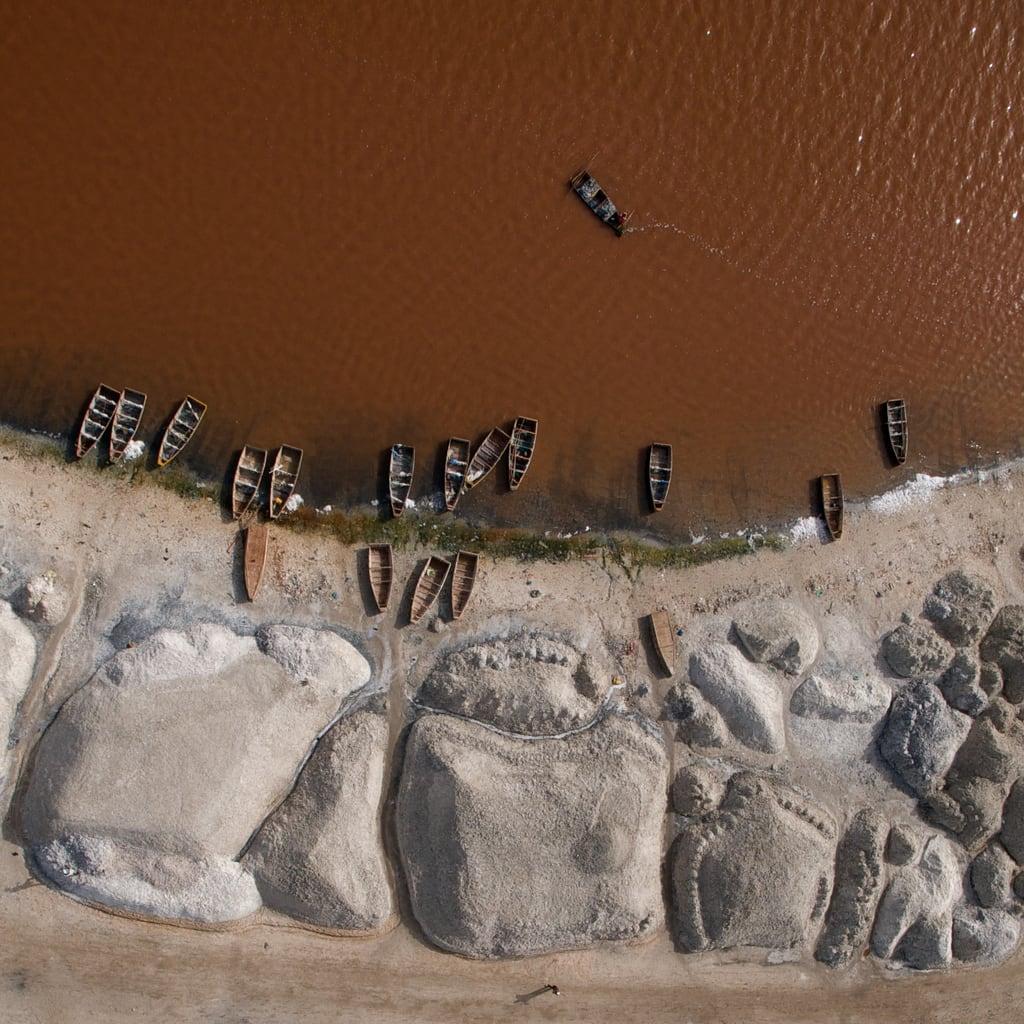 Hình ảnh của Lac Retba. africa boats salt harvest westafrica senegal kap bateau kiteaerialphotography afrique pinklake lacrose autokap lakeretba sénégal 7rokkaku