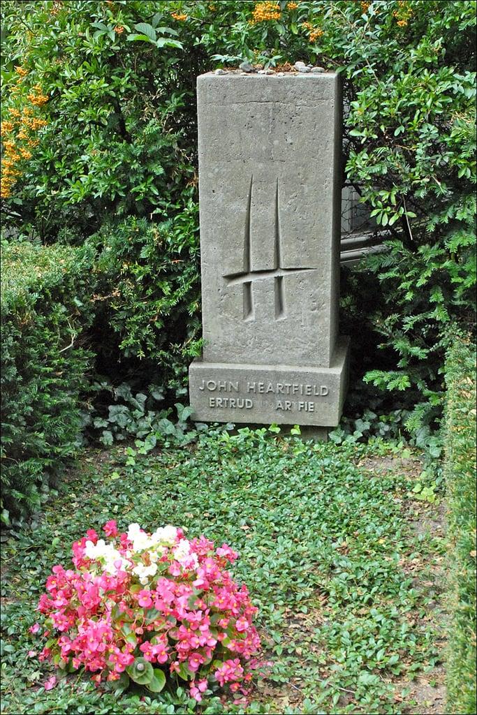 Bild von Bertolt Brecht. berlin grave germany allemagne tombe cimetière johnheartfield dalbera anniedalbera dorotheenstad